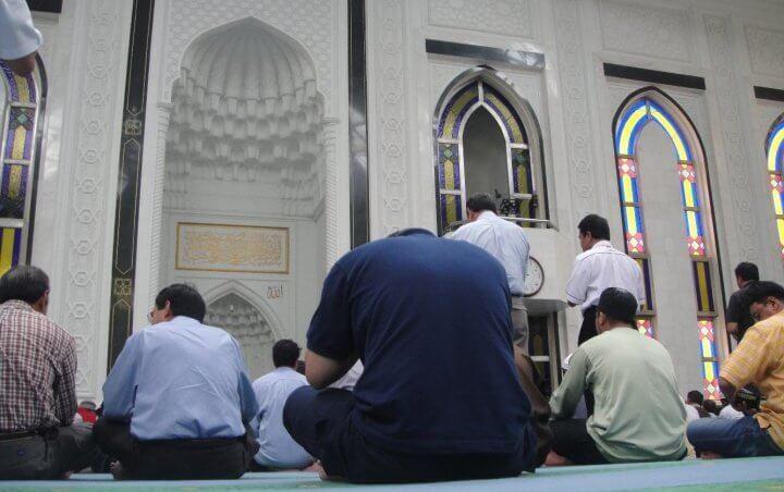 Umat Islam Sholat di Masjid
