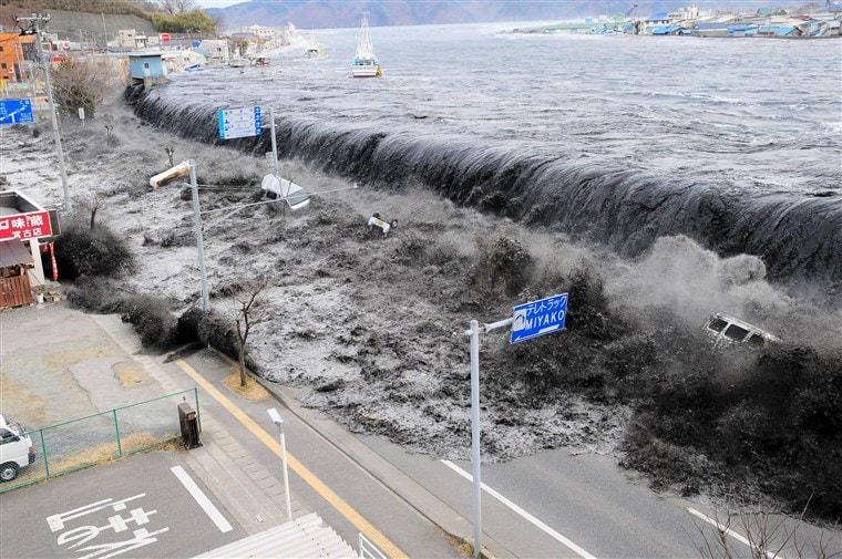 teks eksplanasi tsunami